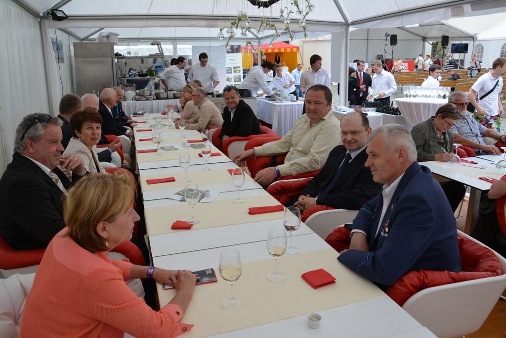 Oběd v červeno bílé, legionářské slušel