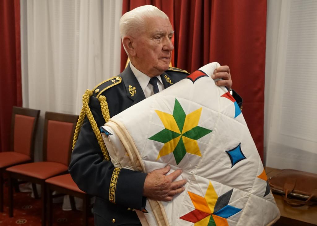 Brigádní generál Emil Boček se svou Dekou cti.