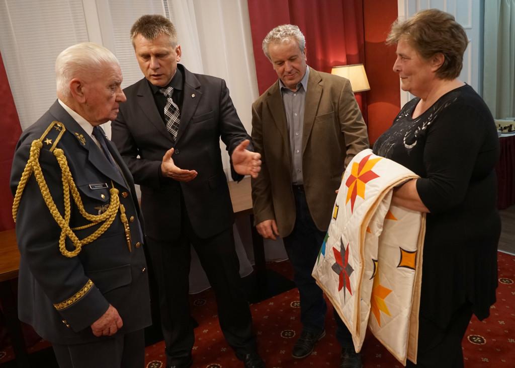 Předání deky předsedou spolku.